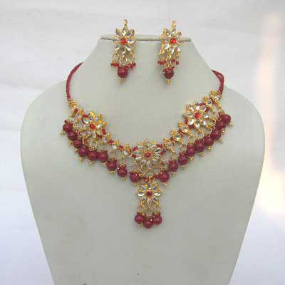 Enter into the wonderland of fashion with this fabulous white kundan studded necklace set with matching earings