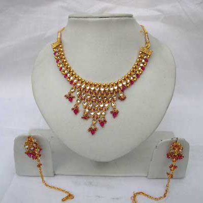 Be in the lime light with this white kundan studded necklace set.