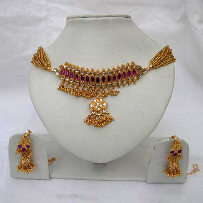 Look glamourous with this maroon Kundan studded necklace set with matching earings.